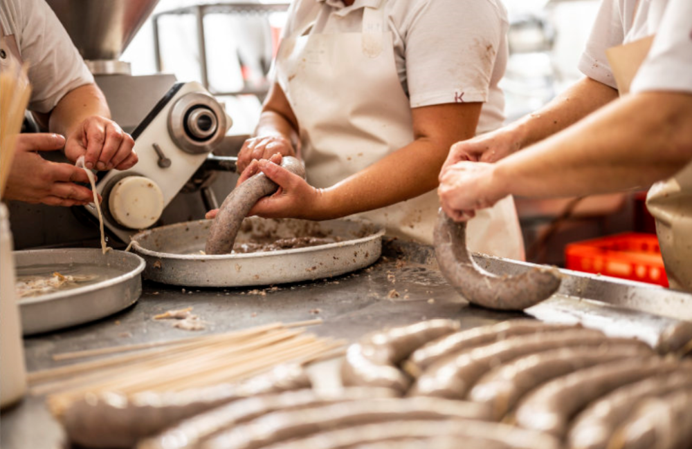 Řezníci zpracovávají maso do nožiček