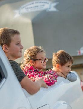 Děti vyhlížející z auta